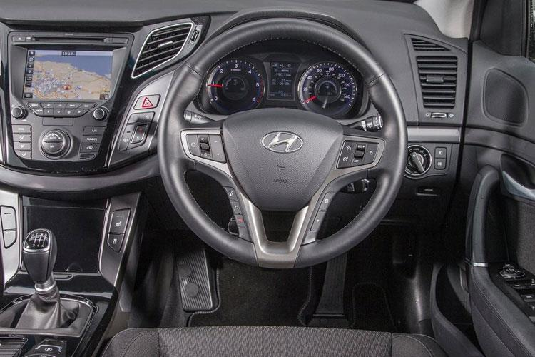 Inside view of Hyundai i40 Tourer 1.6 CRDi 115 SE Nav